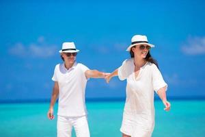 coppia divertirsi in riva al mare foto