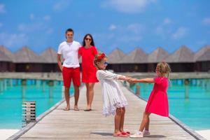 maldive, asia meridionale, 2020 - bambini che giocano con i genitori sullo sfondo