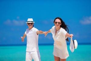 coppia che gode delle loro vacanze estive