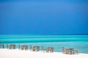 maldive, asia meridionale, 2020 - tavolo e sedie da esterno vuoti in riva all'oceano