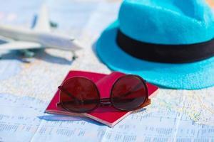 occhiali da sole e passaporti foto