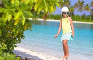 ragazza che si diverte in spiaggia foto