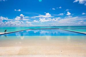 piscina a sfioro vicino all'oceano foto