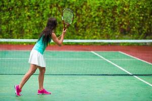 sportiva che gioca a tennis foto