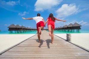 maldive, asia meridionale, 2020 - coppia su un molo sulla spiaggia