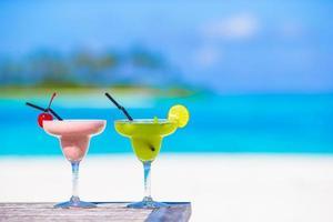 due bevande miste su una spiaggia
