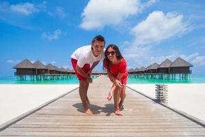 maldive, asia meridionale, 2020 - coppia in un resort sulla spiaggia