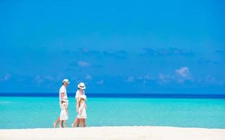 famiglia che cammina su una spiaggia