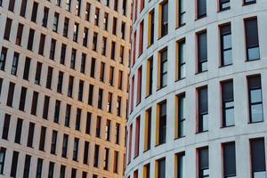 edifici in una città al tramonto foto