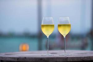 due bicchieri di vino bianco