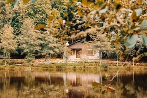 canada, 2020 - cabina in riva a un lago in una foresta