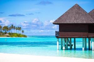 maldive, asia meridionale, 2020 - bungalow sull'acqua sull'acqua blu