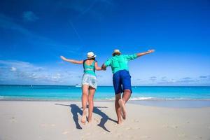 coppia che corre verso l'oceano foto