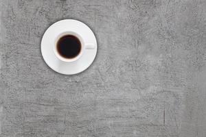vista dall'alto della tazza di caffè sul cemento grigio foto