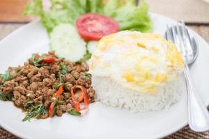 maiale piccante tailandese e riso fritto