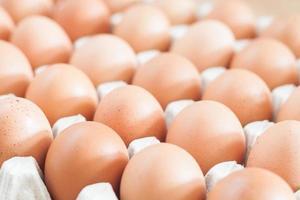 uova fresche in una cassa