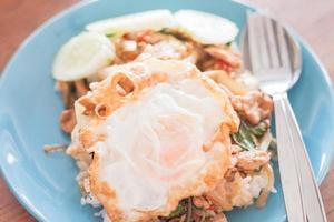 uovo fritto su maiale e riso