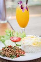 cibo piccante tailandese con un cocktail
