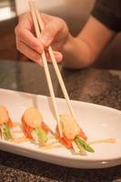 primo piano di sushi di salmone