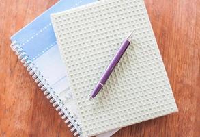 vista dall'alto di quaderni e una penna foto