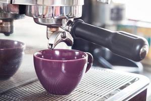 goccia di caffè espresso e una tazza viola