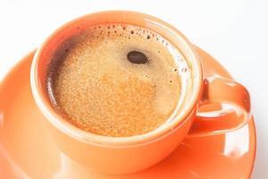 espresso in una tazza arancione foto