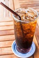 bicchiere di soda con una cannuccia foto