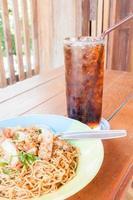 piatto di noodle con una soda