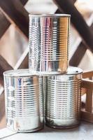 lattine di metallo impilate foto