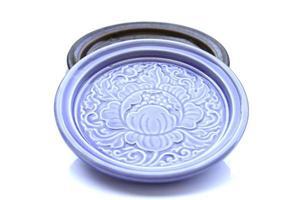 piattino in ceramica blu isolato su sfondo bianco foto