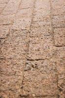 pavimentazione in mattoni marroni foto