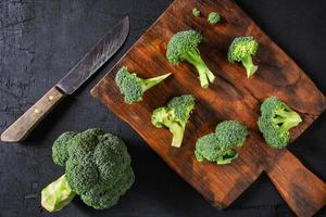 cimette di broccoli su un tagliere
