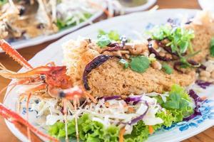 piatto di insalata di gamberetti croccanti
