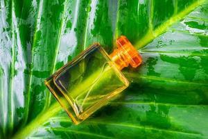 bottiglia di profumo arancione foto