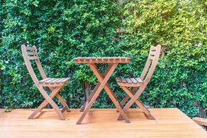 sedie e tavoli di legno vuoti
