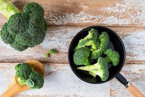 tagliare i broccoli in una padella antiaderente