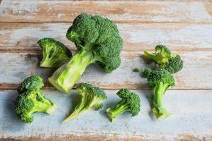 tagliare i broccoli su un tavolo foto