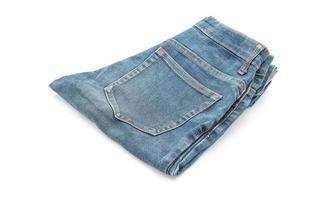 pantaloncini di jeans su sfondo bianco