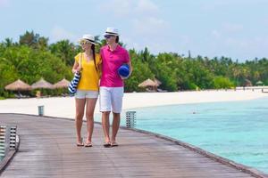 maldive, asia meridionale, 2020 - una coppia che cammina su un molo in riva all'oceano