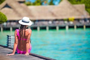 maldive, asia meridionale, 2020 - donna su un molo di una spiaggia tropicale