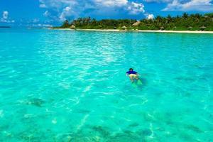 uomo lo snorkeling in acque limpide