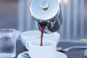 primo piano del caffè che viene versato foto