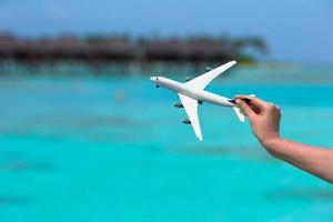 primo piano della persona che gioca con un aeroplano giocattolo foto