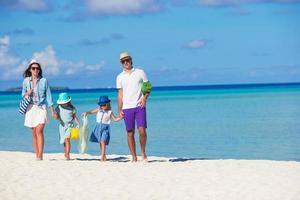 famiglia in vacanza su una spiaggia