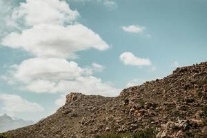 paesaggio di montagna con cieli nuvolosi
