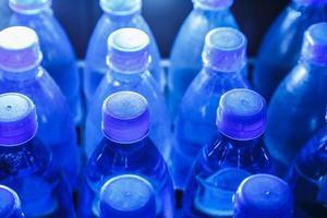 le parti superiori delle bottiglie d'acqua foto
