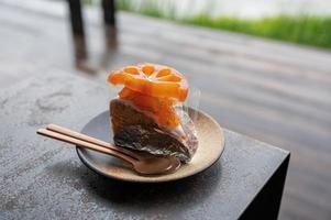 pezzo di torta bael e cucchiaio sul piatto foto