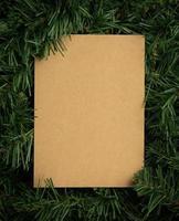 layout creativo fatto di foglie con carta artigianale foto