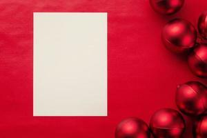 modello di mockup di biglietto di auguri di buon natale con palline di natale foto