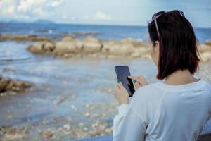 le donne utilizza lo smartphone all'aperto